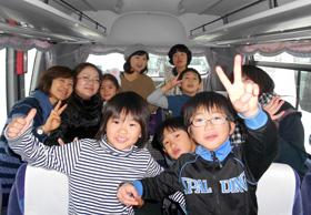 バス内で笑顔のこどもたち