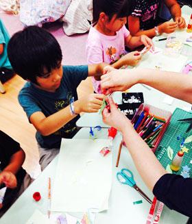 作り方を教わる子供たち