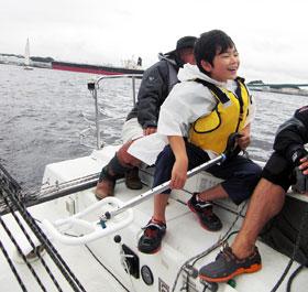 ヨットに乗る子供たち